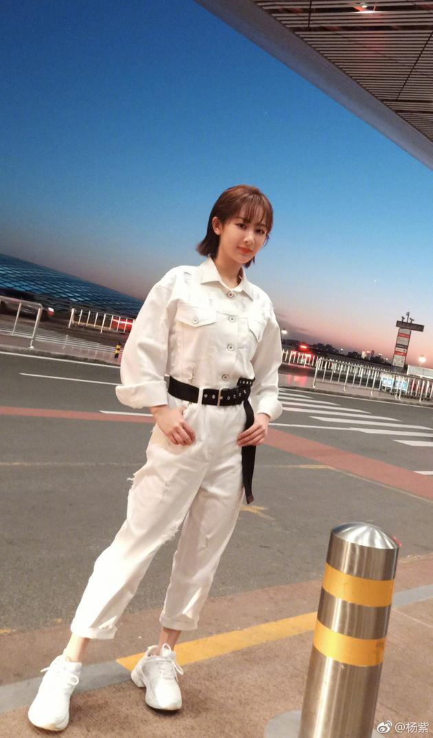杨紫机场街拍站姿霸气 穿白衣套装酷帅十足