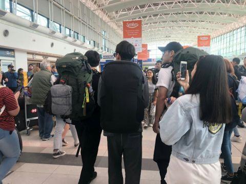 机场人多...担心弟弟邕圣佑走丢的姜河那暖心小举动!