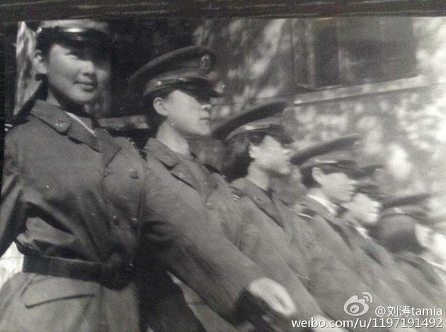 刘涛早年军装照婴儿肥 身姿挺拔笑容甜