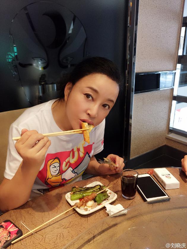 刘晓庆露额头吃烤串 皮肤紧致肤色白皙