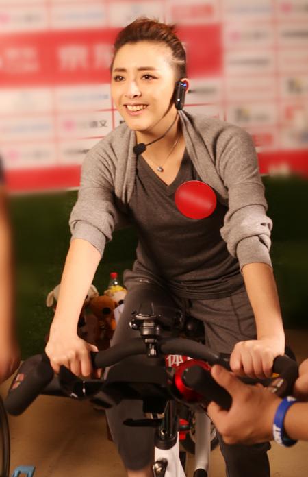 黄小蕾自创搞怪健身法 拿女儿当运动器材