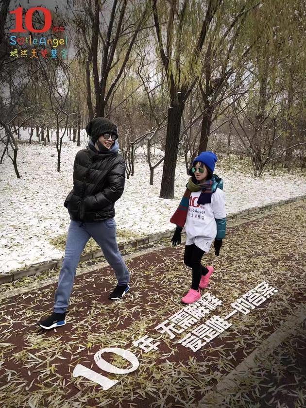 王菲李亚鹏一家同框 初雪中为爱齐奔跑