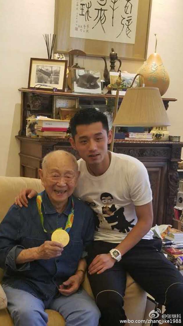 光辉娱乐官方网址张继科拜访画家黄永玉 为老艺术家戴金牌