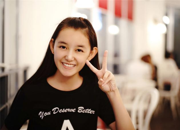 蒋依依灿笑比V海外游 中学生长腿抢镜