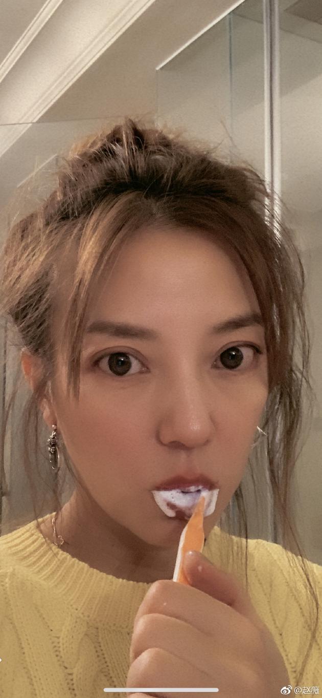 赵薇深夜起床刷牙晒自拍 送迟到冬至祝福看懵网友
