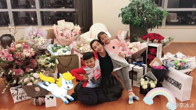 李冰冰晒生日礼物感谢祝福 抱着俩外甥一脸幸福