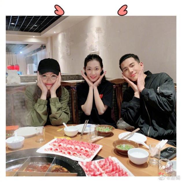 唐嫣与友人相约吃火锅 双手托脸甜笑少女感十足