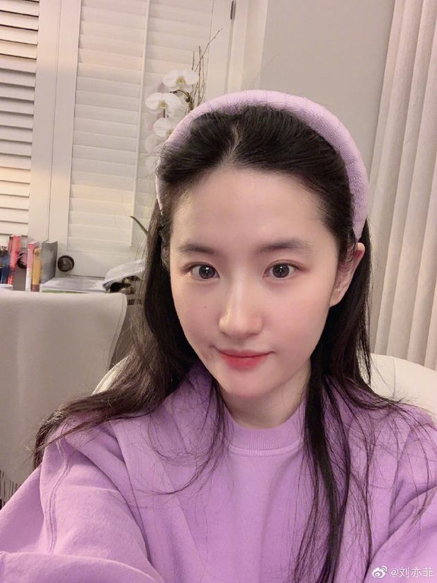 刘亦菲宅家自拍清纯靓丽 淡紫色look尽显脱俗气质