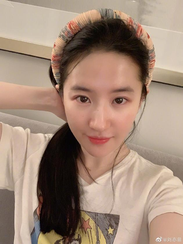刘亦菲营业分享自拍 水光肌白皙透亮眼神温柔可人