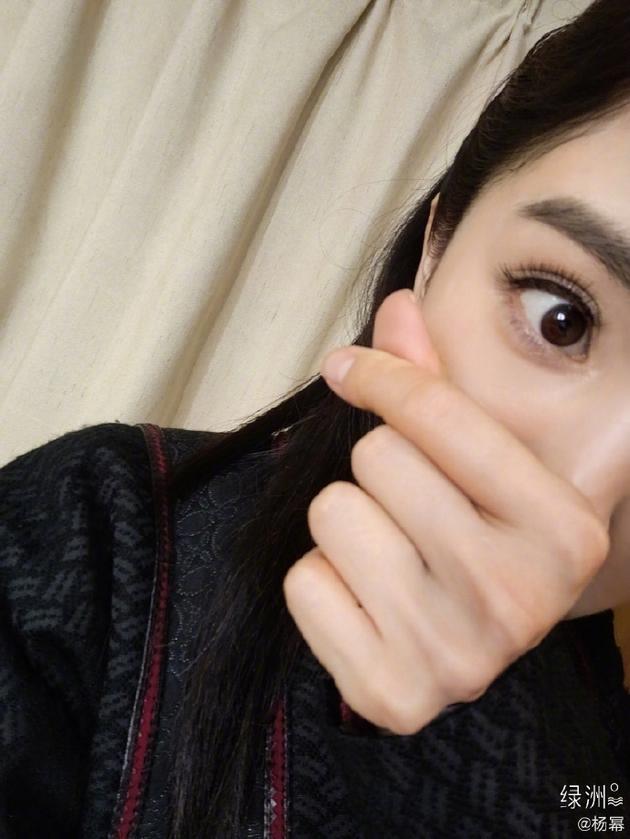 杨幂520绿洲晒比心自拍 以剧中造型出镜又甜又飒