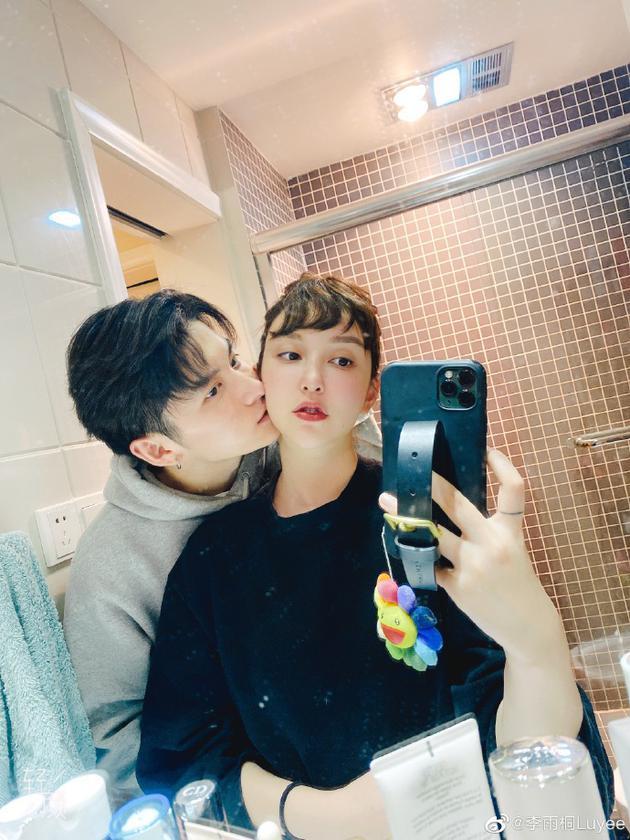 李雨桐晒合照官宣新恋情 两人对镜自拍默契又甜蜜
