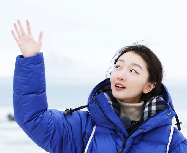 周冬雨手写加油接力心系疫情:众志成城共渡难关
