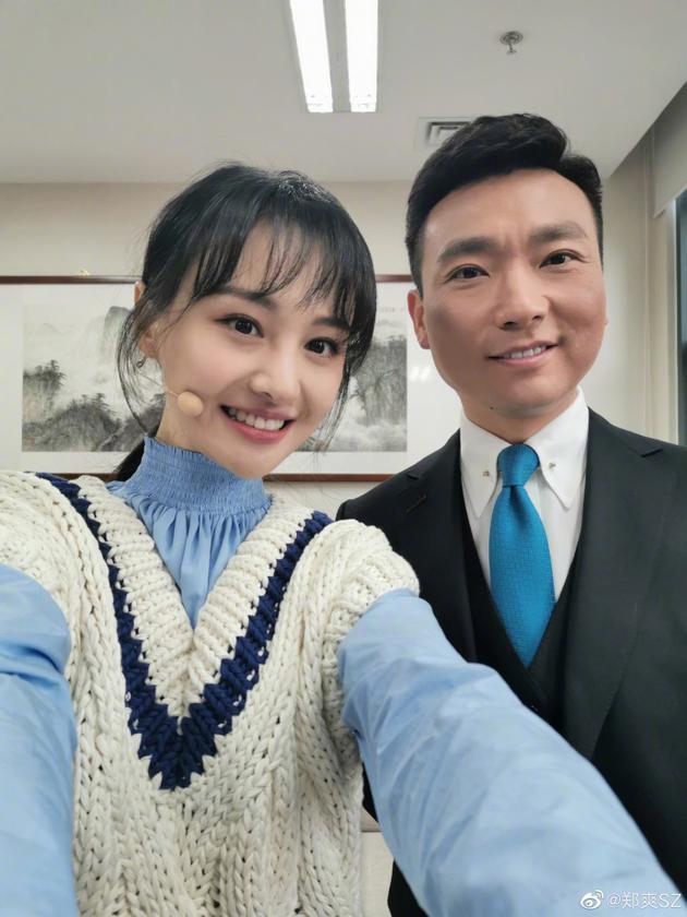 郑爽开心晒与康辉合影:小时候看着他的电视长大
