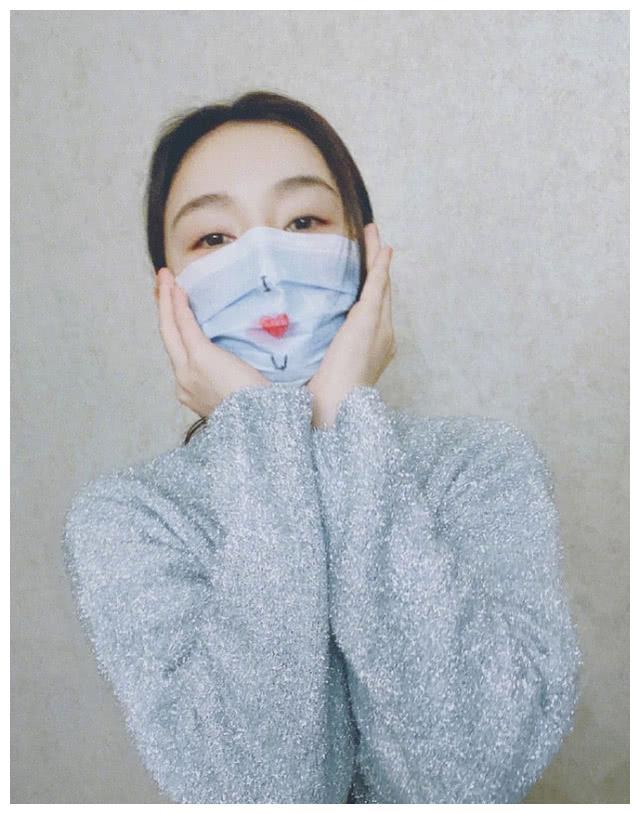 光辉娱乐官方网址情人节当天袁姗姗戴口罩度过,并祝福异地情侣爱无距离!