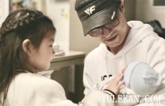 《【摩臣娱乐登录平台】汪峰携女儿出现在医院 章子怡生完孩子真的回国了吗?》