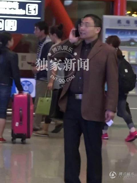 刘涛深夜抵京打扮低调 遇热心男粉丝全程陪同