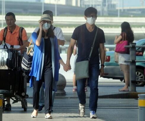 吴奇隆刘诗诗现身机场 十指紧扣多次互相凝视
