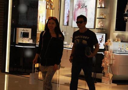 樊少皇携女友贾晓晨外出逛街 二人谈笑风生