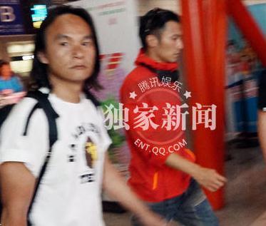 谢霆锋现身机场开心微笑 帅气引路人尖叫拍照