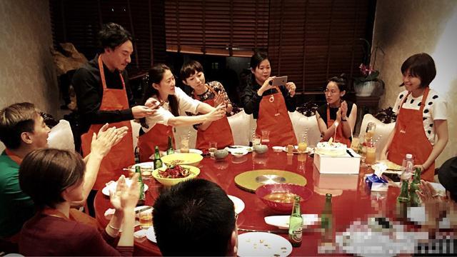 张震为好友庆生 吃小龙虾饭前不忘拍照留念