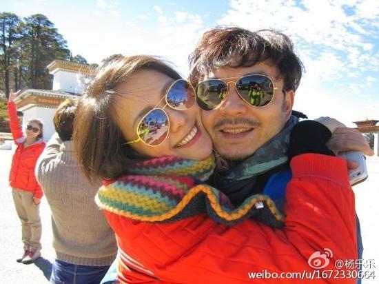 汪涵杨乐乐结婚九周年 雪地相拥恩爱贴脸