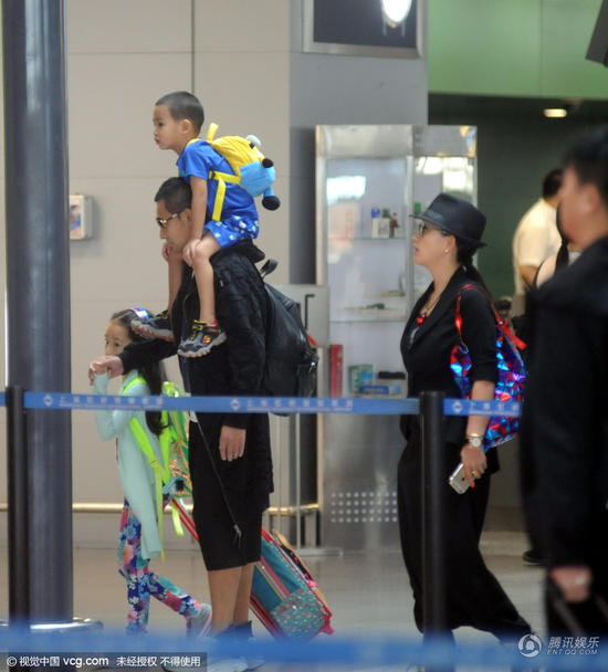 赵文卓一家四口现身机场 肩扛儿子父爱满满