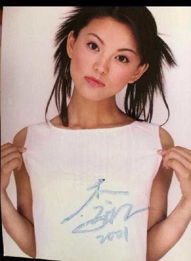 李湘微博晒14年前旧照 网友叹:有一种青春叫瘦过