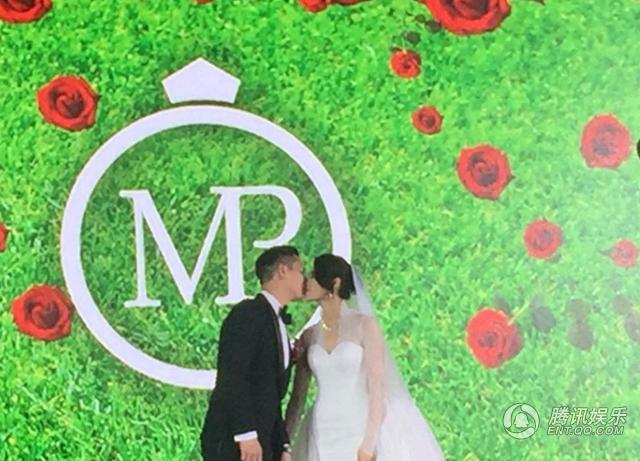 胡杏儿婚礼晚宴深V秀美胸 群星合影胜TVB台庆