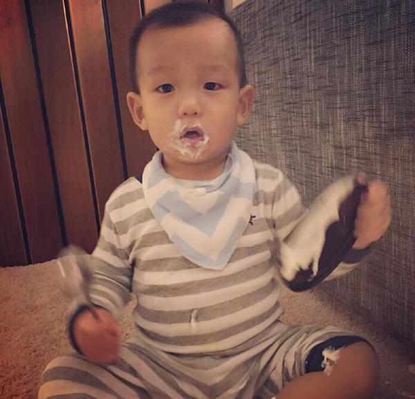 何洁儿子手拿勺子大口吃酸奶 从小就是一枚吃货