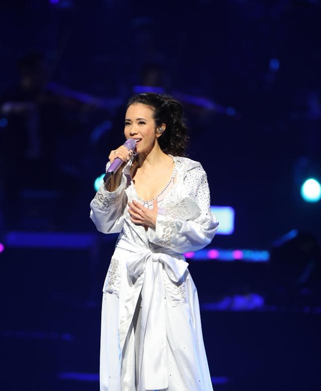 莫文蔚台北演唱会泪洒舞台宣布不再办个唱,80岁母亲现身惊喜全场