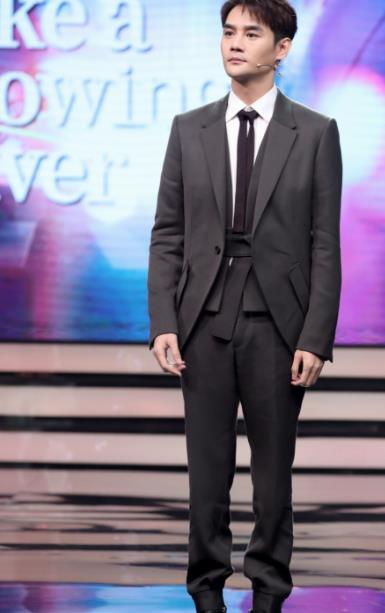 《【摩臣娱乐登录地址】王凯出席《大江大河》上海发布会 现场高歌致敬峥嵘岁月》