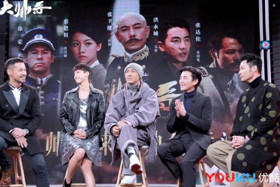 《大帅哥》制作组聚集在直播演播室 带着TVB艺人张卫语