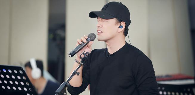 王耀庆《跨界歌王》踢馆晚点 深夜抵京独单排练合唱歌曲