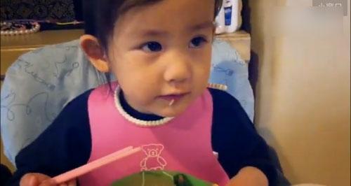 黄磊小女儿边吃面边逗妈妈 被侃演技浮夸