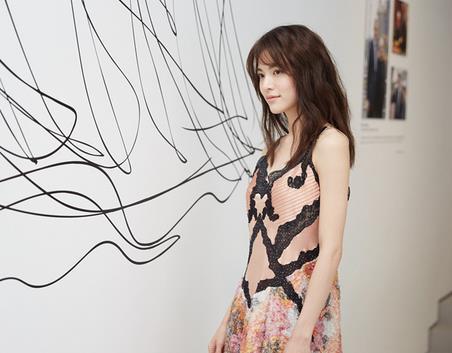 钟楚曦亮相艺术空间开幕展览 诠释摩登新风范