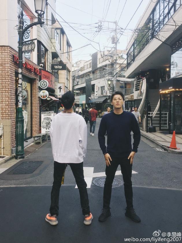 两个丑八怪?李易峰陈伟霆日本街头合体