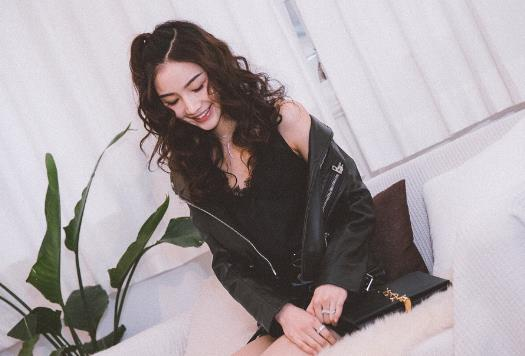 【美天棋牌】小花张南出席品牌活动 all black摇滚少女范十足