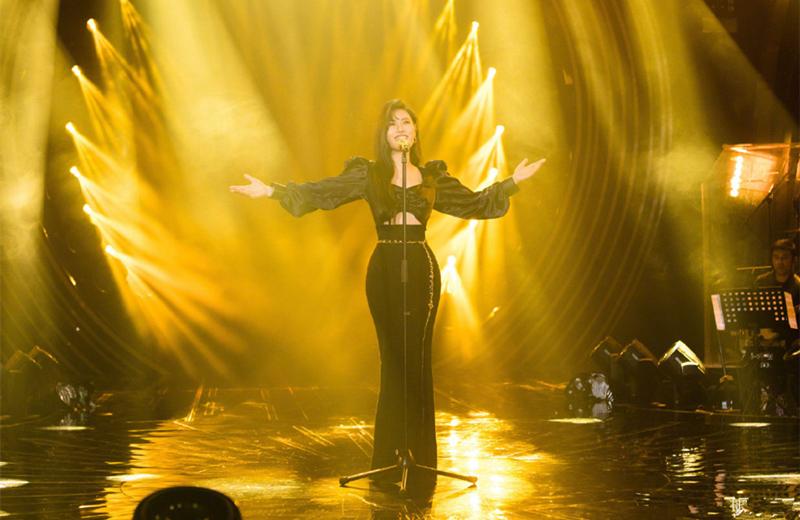 《歌手当打之年》袁娅维黑色泡泡袖鱼尾裙,尽显宫廷复古风