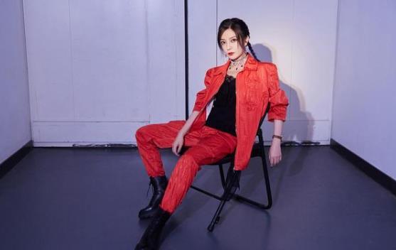 赵薇《演员请就位2》红裙子充满了傲慢和坦率欣赏演员的特点