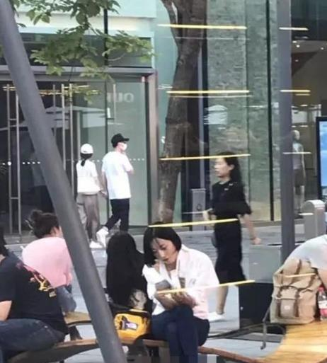 冯绍峰赵丽颖疑似牵手逛街 网友:准备公开恋情?