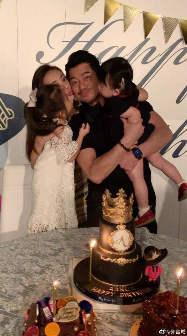 55岁郭富城发文感谢生日祝福 被妻儿拥吻超幸福