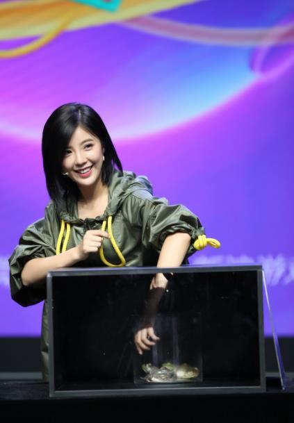 赵奕欢玩游戏超拼命 女神竟是怪力女?