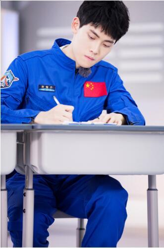 阿里文娱酷漾娱乐高颜值学霸陈锴杰登陆《挑战吧!太空》,大长腿培训官林琳奇气场全开