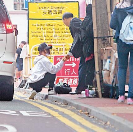 赶着想见男友 邓紫棋蹲在街头收拾散落一地的杂物