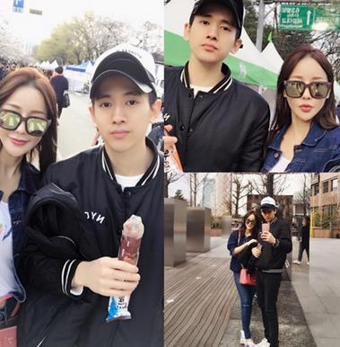 45岁韩女星米娜带28岁男友赏樱花 已相恋2年