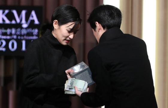 艺人一定都光鲜?韩歌手颁奖礼现场卖奖杯为月租