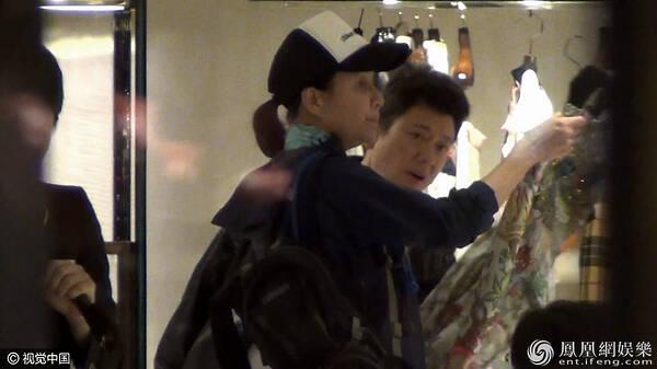 52岁刘嘉玲购物被拍 素颜出镜认得出吗?
