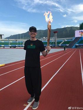 歌手平安亮相四川省运动会开幕式 激情献唱主题歌