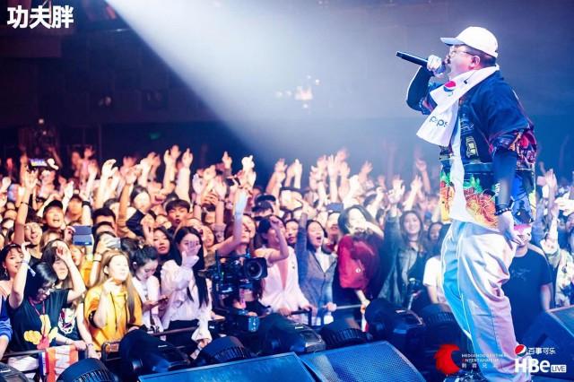 """《【合盈国际官网】《中国新说唱》人气选手见面会收官战rapper们玩起了新花样,用比""""分贝值""""飙歌狂欢》"""