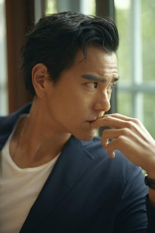 孤独的彭于晏,成就了《邪不压正》的李天然